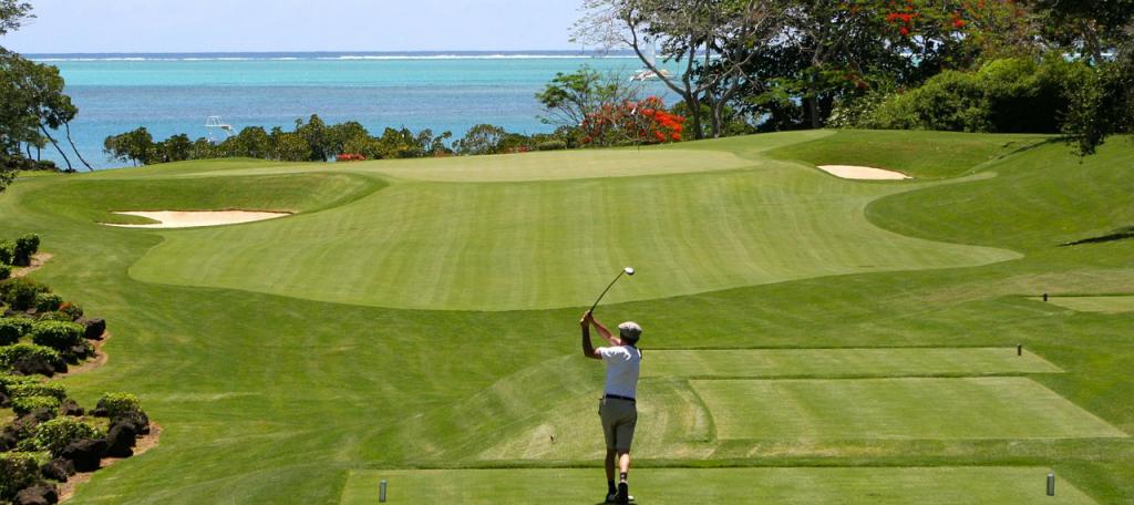 Golfer slaat af richting azuurblauwe zee Golfreizen Luxe Golfreis Algarve, Beste prijs kwaliteit verhouding, golf travel