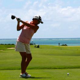 Vrouw slaat af richting de zee Golfreizen Luxe Golfreis Algarve, Beste prijs kwaliteit verhouding, golf travel