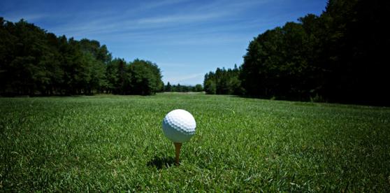 Golfbal ligt klaar op de tee voor de afslag Golfreizen Luxe Golfreis Algarve, Beste prijs kwaliteit verhouding, golf travel